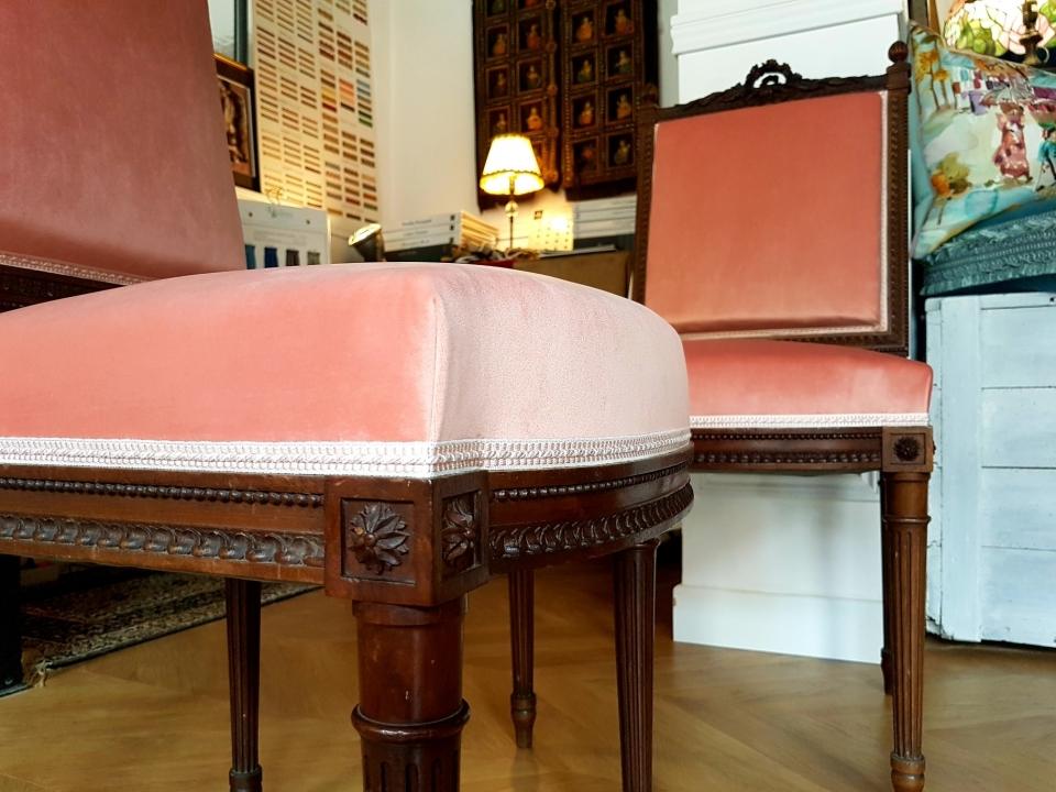 Paire de chaises Louis XVI  Réfection complète et traditionnelle.  Velours peau de pêche #zimmerrohde  #maillardtapissierdecorateur #artisandefrance