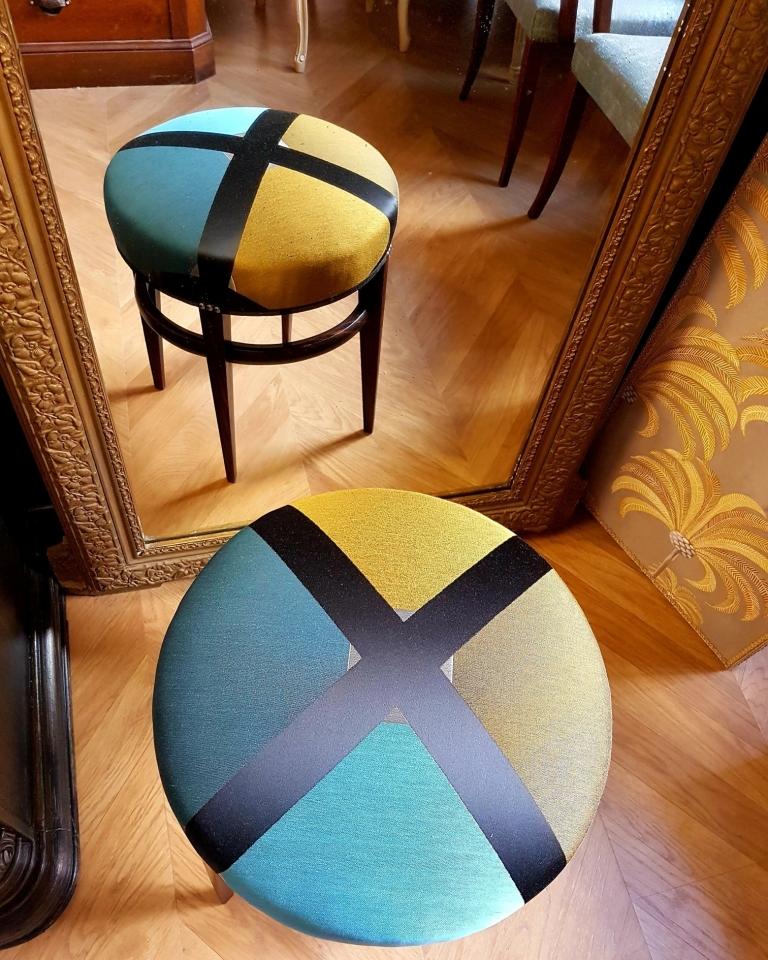Un joli tabouret nommé Arlequin. Réfection complète en crin. Etoffe by Zimmer+Rohde