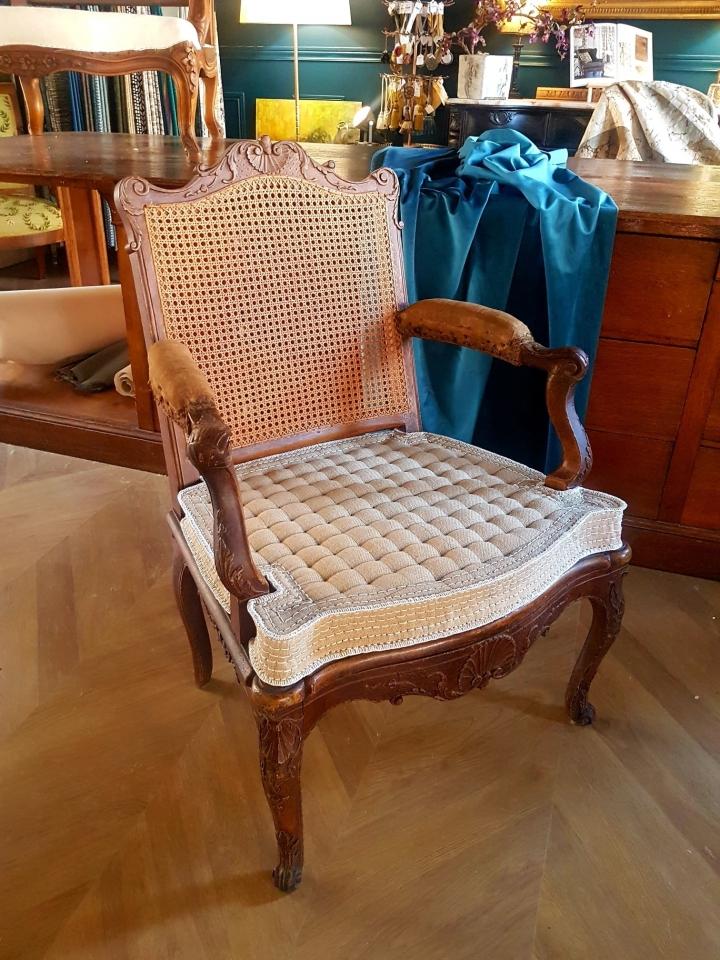Siège Régence canné d'époque. Présentation du carreau piqué sur le fauteuil, le coussin doit épousé les lignes des boiseries. MAILLARD Tapissier Décorateur