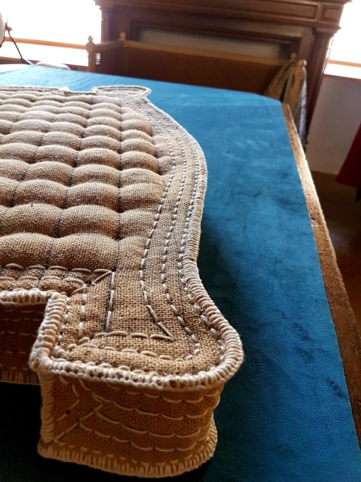 Zoom sur le carreau piqué ( coussin en vieux français), garni de crin de cheval comme au XVIII été siècle.
