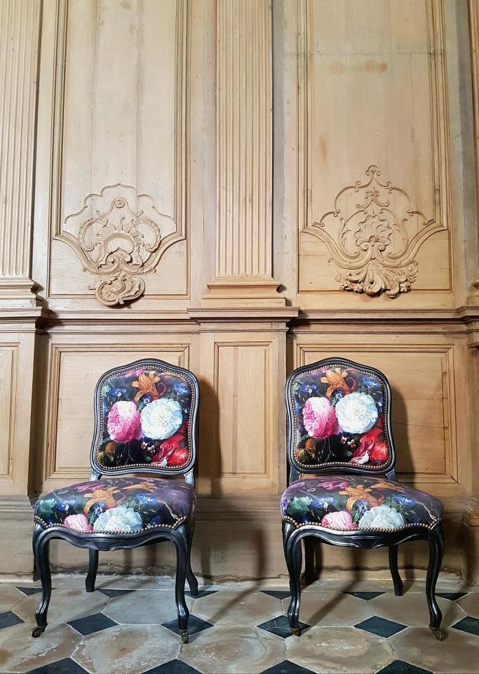 La dernière réalisation de l'atelier : une jolie paire de chaises Louis Philippe, couvertes d'un fin velours fleuris dans l'esprit Napoléon III. MAILLARD Tapissier Décorateur