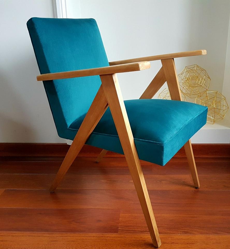 Fauteuil vintage entièrement restauré, bois, garnitures et revêtu d'un élégant bleu canard.