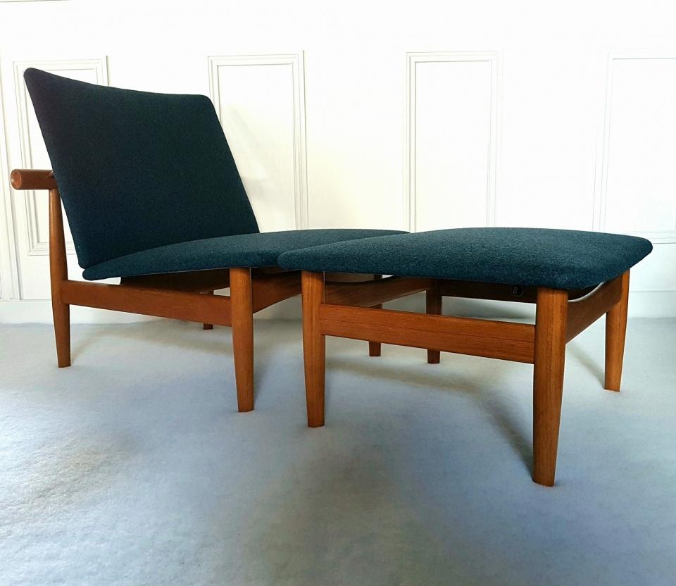 Paire de chauffeuses et ottoman, modèle 137, Japan, du grand designer danois Finn Juhl. 1950. Couverture et nettoyage des bois. Laine 100 % vierge de chez Kvadrat