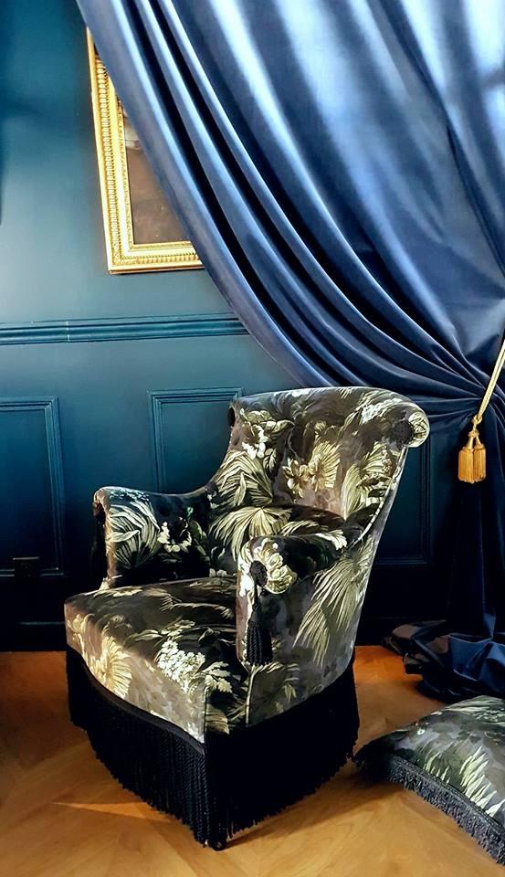 Fauteuil lambrequin. Méthode traditionnelle.  Velours de coton limerence, House of Hackney et passementeries Ile de France. #fauteuillambrequin #houseofhackney #pif #ateliermaillardtapissier