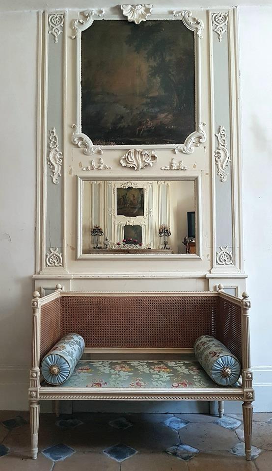Banquette de style Louis XVI mais d'époque Napoleon III. Dossier a double cannage et une assise recouverte de soie (Tassinari et Chatel) et ses 2 traversins