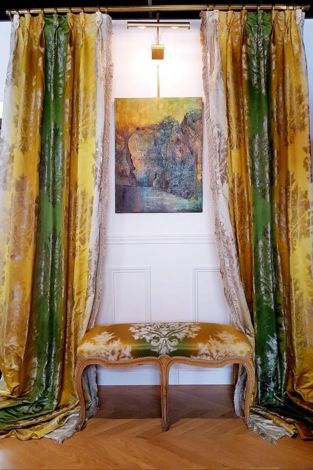 Confection d'une paire de rideaux et couverture d'un banc XIX ème. Soie et passementeries Houles Visible et disponible à l'atelier. MAILLARD Tapissier Décorateur