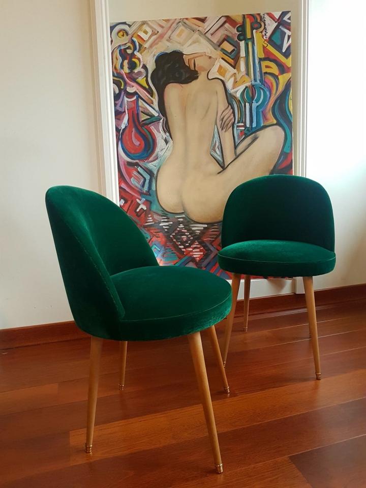 Paire de chaises vintage revêtues d'un fin velours vert émeraude.