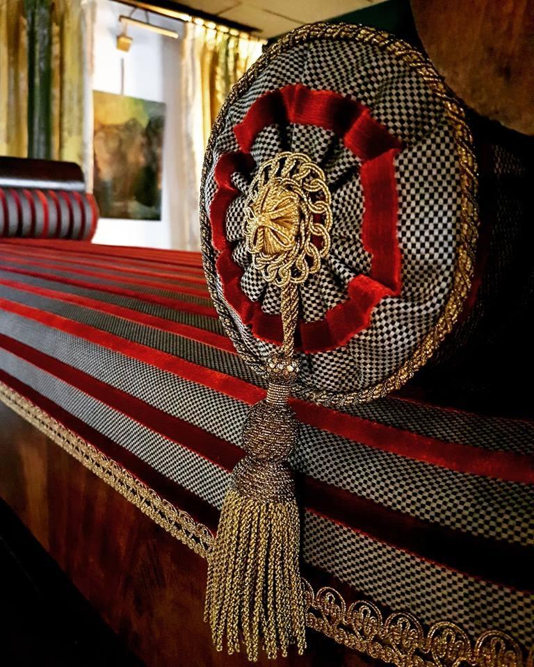 Confection traversin plumettes/duvets, finition plis soleil, cablé et cartisane à gland de chez Declercq Passementiers. Tissu Lelièvre Paris.