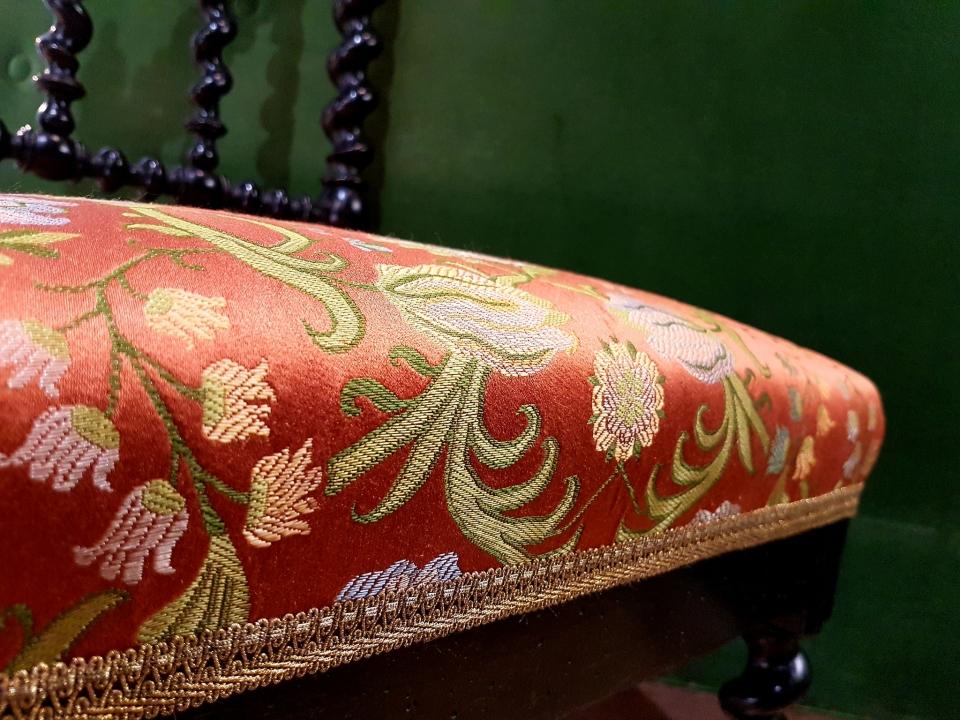 jolie chaise de nourrice en bois noirci. Montants en chapelets. soie Tassinari et Chatel et galon Declercq passementiers. MAILLARD Tapissier Décorateur. Marne.