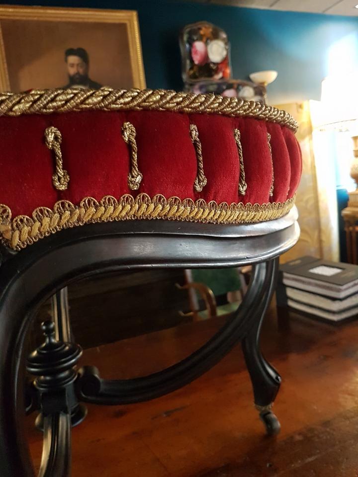 """Suite et fin! Tabouret d'époque Napoléon III.  Piétement élancé  avec une jolie entretoise couronnée d'une toupie.  De nombreux petits capitons ( 5/3 cm ), dit """"en nid d'abeilles """"encadrent un losange concave, plissé et  surmonté d'une cartisane.  Les tranches, séparées d'un câblé sur-mesure suivent la forme mouvementée de la ceinture. Velours #lelievreparis et passementeries #declercqpassementiers of course! #maillard #maillardtapissierdecorateur #anglure #champagne #artisandefrance #passion #napoleoniii"""