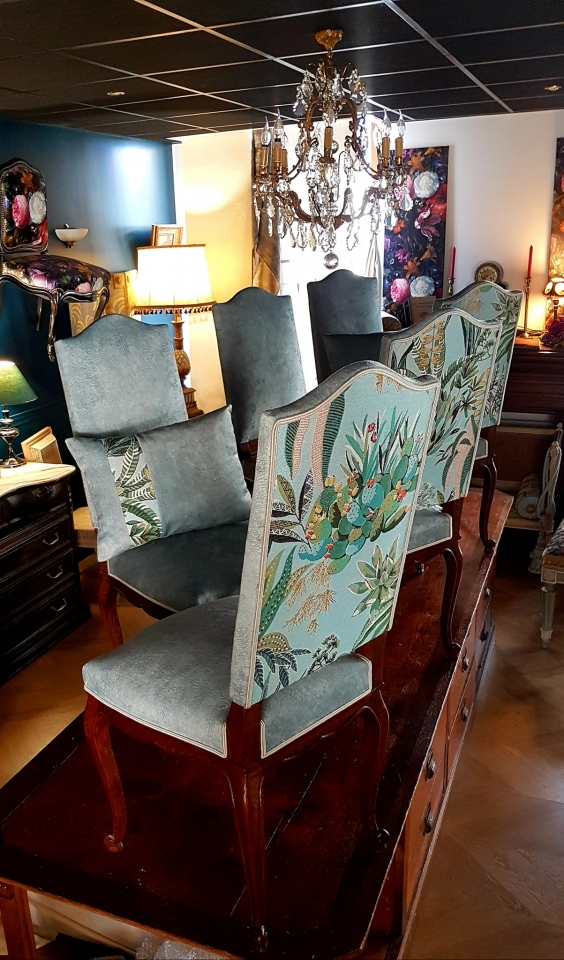 Un velours nommé caresse associé à une tapisserie aux allures d'un jardin botanique... un nouveau départ pour cet ensemble de 6 chaises. #maillardtapissierdecorateur #anglure #champagne #lelievreparis #osborneetlittle  #tapisserie