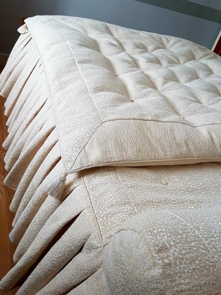 Confection d'un dessus de lit à traversin avec volants ainsi que son édredon de duvet. Finition câblé et glands des #passementiersiledefrance.   Tissu #lelievreparis .  #ateliermaillard #artisandefrance   #anglure #confection