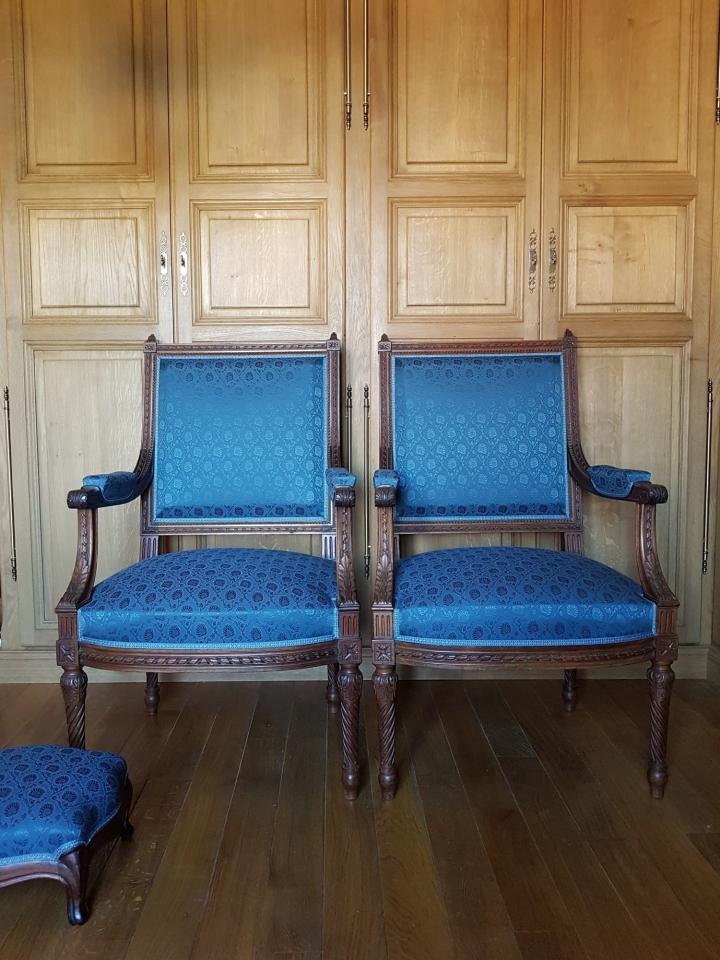 Paire de fauteuils Louis XVI du XIX ème, finement sculptés, les garnitures sont à l'ancienne, leurs dossiers à tableau.  Soie de la maison #tassinarietchatel par #lelievreparis.  #maillardtapissierdecorateur  #ateliermaillard #anglure #louisxvi #soie  #artisandefrance